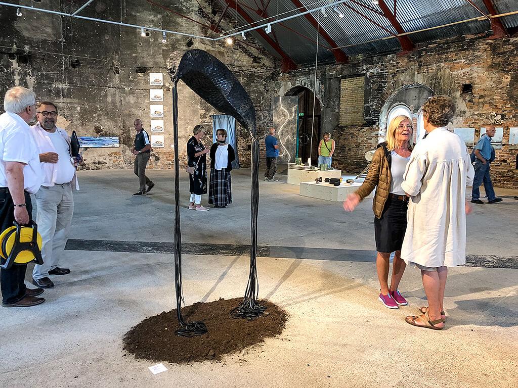 Kajsa Sjöléns verk i förgrunden invigningsvimmel runt omkring