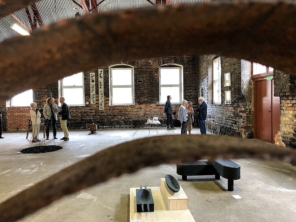 Vi kikar in i ånghammarens bakre del där det föregår vimmel och verk av Adam Larsson och Stefan Forsberg syns